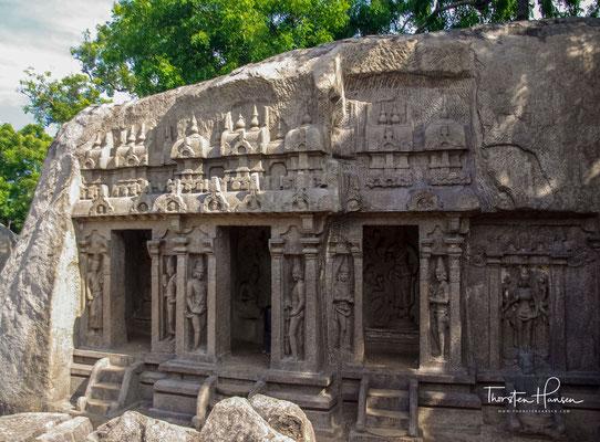 Der Trimurti-Höhlentempel stammt aus dem frühen 8. Jahrhundert. Es hat getrennte Abschnitte in einer Reihenfolge, die jedem der hinduistischen Trinitätsgötter Brahma, Vishnu und Shiva oder Maheshwara gewidmet ist.