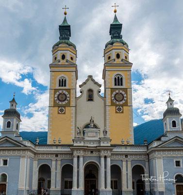 Der ursprüngliche Bau des Doms geht auf das Jahr 980 zurück. Nach zwei Bränden erfolgte um 1200 die romanische Neugestaltung mit dreischiffigem Langhaus sowie zwei Fassadentürmen.