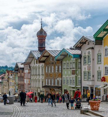 Die Kurstadt Bad Tölz liegt im mittleren Isartal, am nördlichen Eingang zum Isarwinkel, von wo man auf die bayerischen und Nordtiroler Kalkalpen blickt.