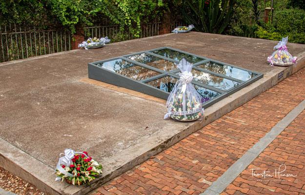 Dazu wurden ab 2001 auf dem Gelände der späteren Gedenkstätte acht Massengräber mit Opfern angelegt, die aus hunderten von flachen Massengräbern in Kigali stammten.