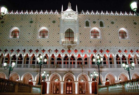 The Venetian Macao-Resort-Hotel (chinesisch 澳門威尼斯人度假村酒店) ist ein großes Gebäude in Macau