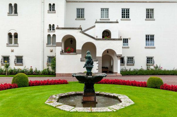 Schloss Solliden wurde auf Veranlassung Königin Viktorias von 1903 bis 1906 auf dem Gelände des 1806 ausgebrannten Schlosses Borgholm erbaut.