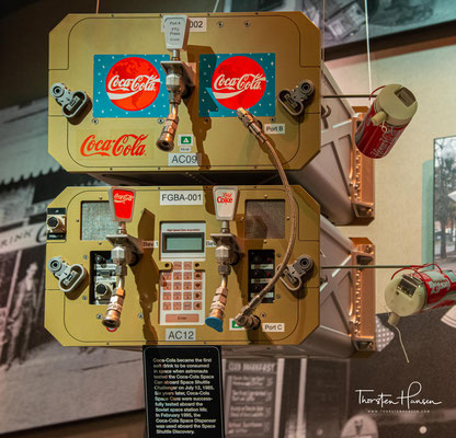 1980er Gründung von The Coca‑Cola Foundation, die bis heute mehr als eine Milliarde Dollar für gemeinnützige Zwecke gespendet hat. Coca‑Cola wird light – und fliegt ins All…