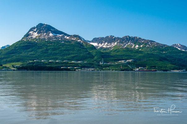 Die Entdeckung des Ölvorkommens in der Prudhoe Bay brachte neue wirtschaftliche Hoffnung. Valdez wurde als Verschiffungshafen für das gewonnene Öl gewählt.