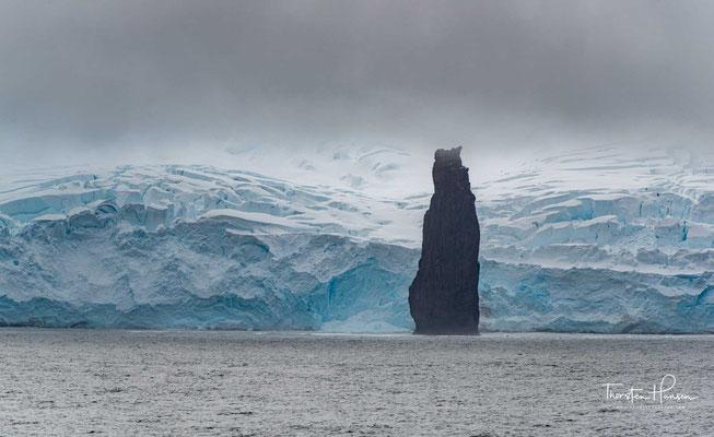 Die Sewing-Machine Needles (englisch für Nähmaschinennadeln) sind drei bis zu 45 m hohe Klippenfelsen im Archipel der Südlichen Shetlandinseln.