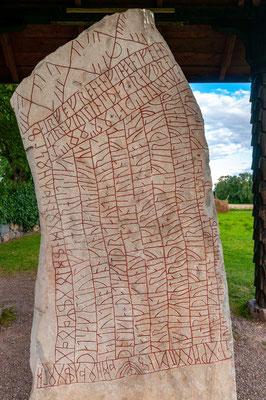 Der Runenstein von Rök hat eine Höhe von 3,82 Metern und trägt eine Runeninschrift in altnordischer Sprache. Sie ist mit rund 750 Zeichen die längste bekannte Runenschrift.