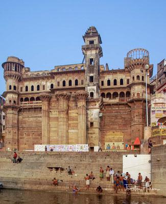 Munshi Ghat am Ganges in Varanasi. Die Hauptsehenswürdigkeit von Varanasi sind die rund 80 Ghats, die sich auf einer Länge von mehreren Kilometern nebeneinander direkt am westlichen Ganges-Ufer befinden und die alle dem Sonnenaufgang entgegen