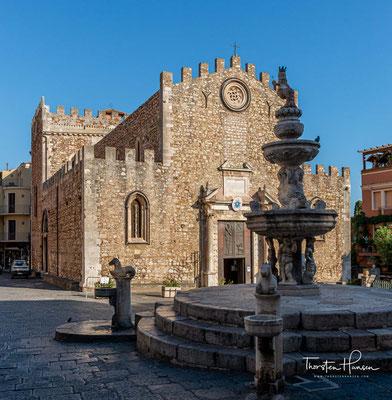 Auf dem Platz vor dem Dom steht ein 1635 erbauter Barockbrunnen mit zwei übereinander liegenden Wasserbecken.
