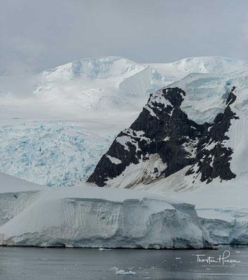 Der Festlandbereich der Antarktis bildet die größte Eiswüste der Erde.