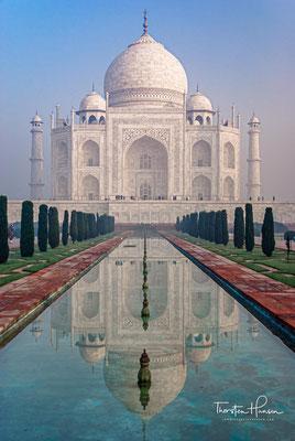 Der Taj Mahal liegt nicht im Zentrum des Gartens, wie bei persischen Grabmälern üblich, sondern am nördlichen Rand, was nahelegt, dass ein weiteres Grabmal auf dem gegenüberliegenden Ufer geplant war.