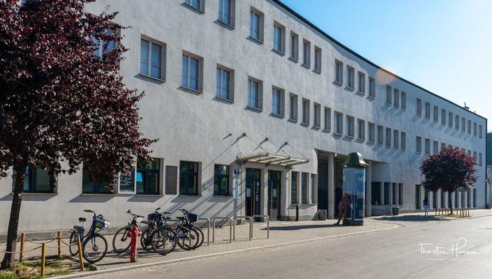 Das Museum befindet sich in der Ulica Lipowa 4 (Lindenstraße) in einem Industriegebiet des Krakauer Stadtteils Podgórze.