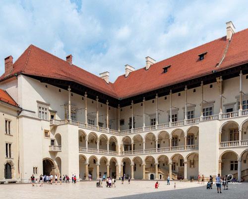 Zusammen mit der Krakauer Altstadt ist das Bauensemble Weltkulturerbe der UNESCO.  Die Bezeichnung Wawel wird auch für die Gebäude auf dem Hügel verwendet
