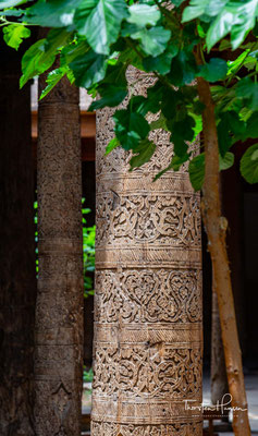 Sie befindet sich zentral in der historischen Altstadt Ichan Qal'а und ist Teil des UNESCO-Welterbes.