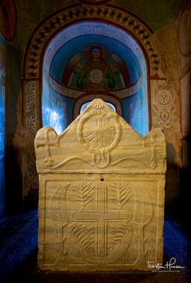 In Nebenräumen der Kathedrale befinden sich die bereits im 8. Jahrhundert angefertigten weißen Marmor-Sarkophage von Jaroslaw dem Weisen und seiner Frau Irina.