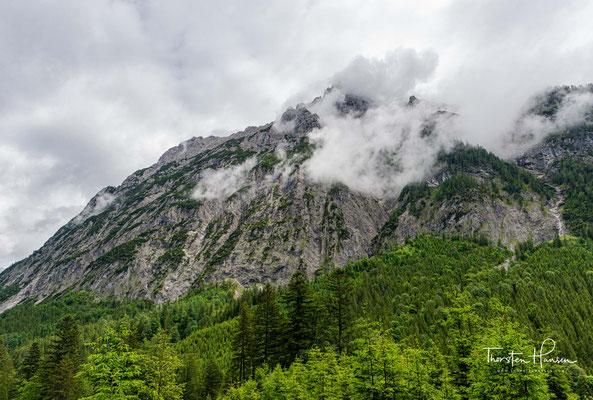 Es verläuft in etwa von Süden nach Norden zwischen der Falkengruppe im Osten und den östlichen Ausläufern der Nördlichen Karwendelkette im Westen.