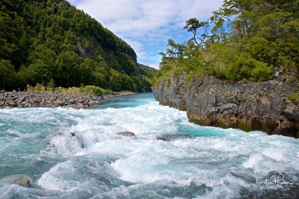 Am Fuß des Vulkans gibt es beeindruckende Wasserfälle und Stromschnellen, die Saltos de Petrohué.