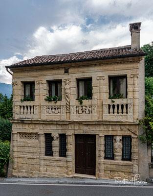 Die Casa Longobarda in der Via Sant' Anna ist mit bizarren Skulpturen und Reliefs geschmückt.