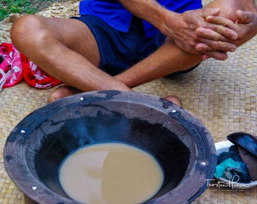 Kava (Piper methysticum), auch Kava-Kava (Kawa-Kawa) oder Rauschpfeffer genannt wird ein traditionelles Getränk des westpazifischen Raumes hergestellt, das vor allem als Zeremonialgetränk bei religiösen und kulturellen Anlässen konsumiert wird.