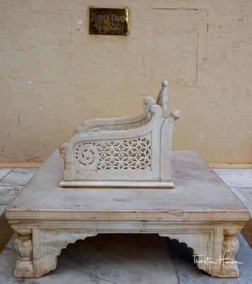 Im ersten Hof steht der majestätische Krönungssitz aus Marmor,auf dem alle Herrscher außer Jodha gekrönt wurden (und werden ).