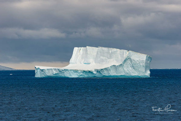 Die Halbinsel wird gleichermaßen von Argentinien, Chile und Großbritannien beansprucht und in ihre jeweiligen Antarktisterritorien eingegliedert, die sich auf dem Gebiet der Halbinsel vollständig überlappen.