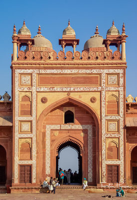 Im Jahr 1571 zog Akbar mit seinem Hofstaat hierher, doch bereits 1585 verlegte er den Hof nach Lahore, von wo aus er seine Feldzüge im Nordwesten Indiens besser leiten konnte.
