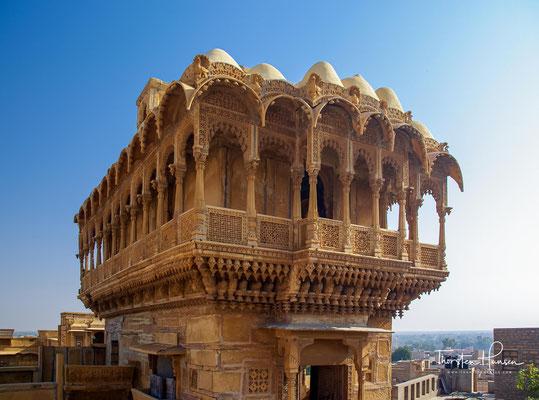 """Vom Wohlstand dieser Zeit zeugen noch heute die Paläste und prunkvolle  Privathäuser, die """"Havelis"""" (Das Wort ist persischen Ursprungs und bedeutet ``umschlossener Platz`` für mehrere Familien bzw. Für eine Großfamilie)."""