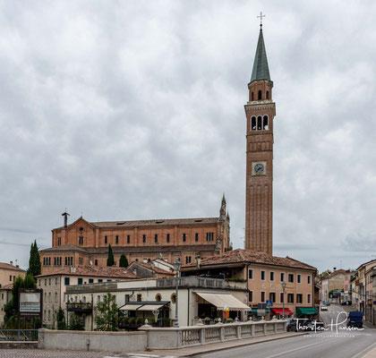 """Pieve di Soligo. Der Name geht auf die alte städtische """"Pieve"""" (Pfarrkirche) in Soligo zurück. Davon leiten sich die Namen Pieve del Trevisan am rechten Ufer des Flusses Soligo und Pieve del Contà an dessen linkem Ufer ab."""