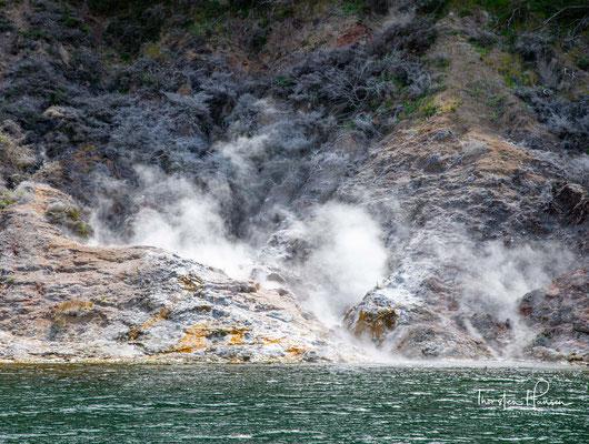 Im westlichen Bereich des Sees befinde sich am Fuße des 470 m hohen Uruakorako Hill die Steaming Cliffs, die noch von den hydrothermalen Aktivitäten des Gebietes zeugen.