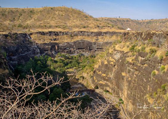 Talkessel mit den Ajanta-Höhlen. Vom 2. Jahrhundert vor bis zum Ende des 7. Jahrhunderts nach der Zeitenwende war das Tal von buddhistischen Mönchen bewohnt.
