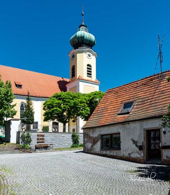 Hier befindet sich die seit 1350 bezeugte Pfarrei Roggenstein mit der Kirche St. Erhard.