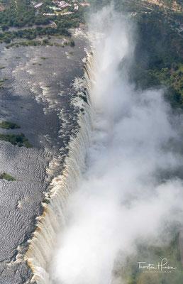 Oberhalb der heutigen Victoria-Fälle sind bei Niedrigwasser in Luftbildern bereits die Ost-West-Klüfte im Flussbett zu erkennen, an denen sich die Fälle in einigen 10.000 Jahren befinden werden.