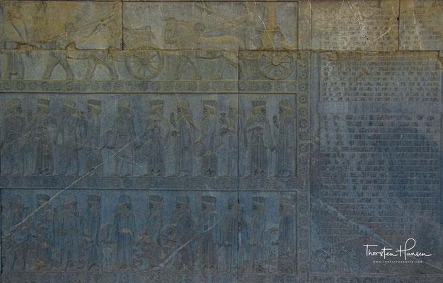Ein elamischer Wagenlenker bring den Streitwagen seinem Herrscher. Man nimmt an, dass es Xerxes I. war.