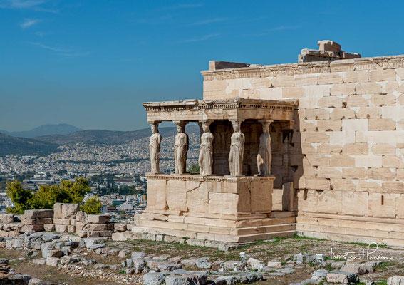 Bekannt ist das Erechtheion vor allem durch eine Vorhalle, die anstelle von Säulen von sechs überlebensgroßen Mädchenfiguren (korai) getragen wird.