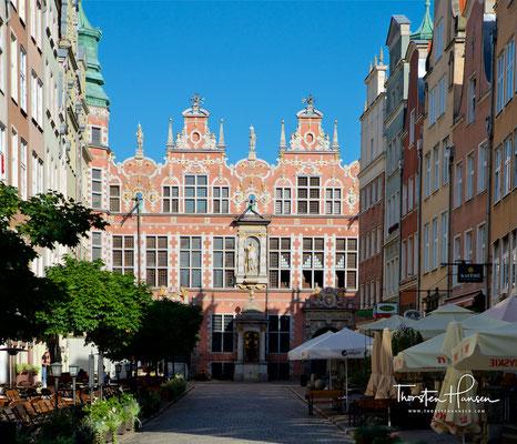 Das Große Zeughaus (polnisch: Wielka Zbrojownia) in Danzig entstand zwischen 1600 und 1609 und wurde wahrscheinlich nach Plänen des Architekten Anton van Obberghen errichtet.