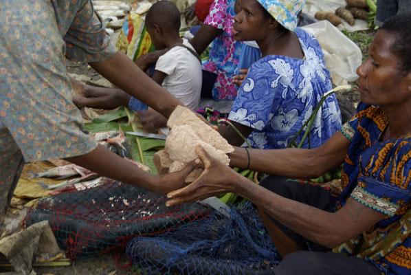 Tauschhandel auf dem Markt in Korogo
