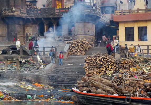 Die Asche streut man anschließend ins Wasser. Ein Bad im Ganges soll von Sünden reinigen.