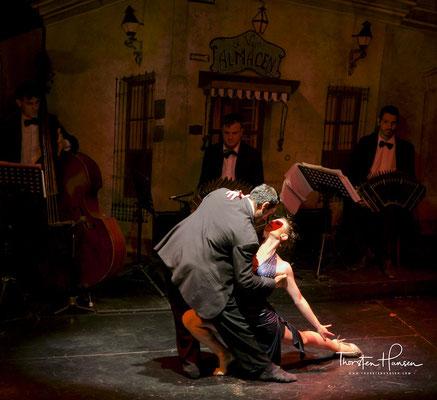 Unter dem Oberbegriff Tango wird sowohl der Tanz als auch die Musikrichtung Tango verstanden.