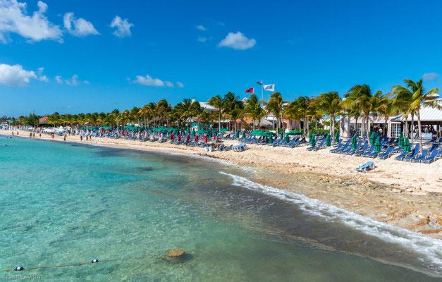 Vom Schiff blickt der Besucher auf den Internationalen Flughafen und den nahegelegenen Governor's Beach, der als einer der schönsten Strände der Insel gilt.