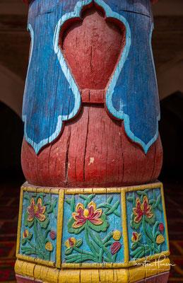 Eine große Kuppel mit 17m Durchmesser in der Mitte ist von vier Eckminaretten mit Streifen und arabesken Blumenmustern umgeben.