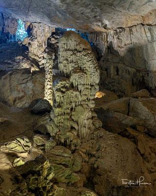 An der nördlichen Wand der Grotte scheint eine Gruppe von Feen zu tanzen und singen in der Hochzeit.