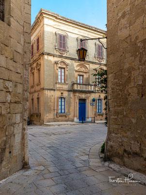 Nachdem 870 die Araber den maltesischen Archipel erobert hatten, gaben sie der Stadt den heutigen Namen Mdina = Stadt.