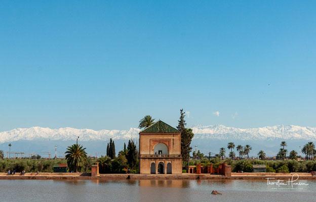 Der etwa 100 Hektar große Menara-Garten ist um ein zentrales Wasserbecken angelegt, das von Ölbaumplantagen umgeben ist. Bewässert wird der Olivenhain durch ein Wasserbecken in der Mitte mit einem von dort ausgehenden weit verzweigten Kanalsystem.