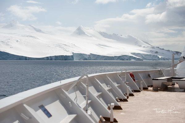Blick von der MS Zaandam auf die antarktische Landschaft