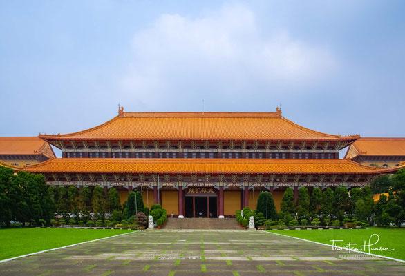 Haupthalle mit einer Ankündigung für die Feier des 40. Klosterjubiläums