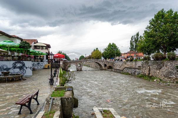 Zu den Wahrzeichen der Stadt gehört die alte osmanische Steinbrücke (alb. Ura e gurit; serb. Камеңи мост/Kameni most; türk. Taş köprüsu). Sie verbindet die alten Stadtteile Prizrens und umspannt die Bistrica (alb. Lumëbardh).