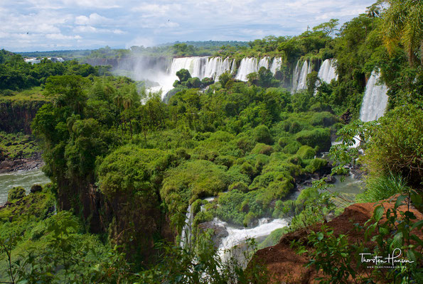 Der Mythos der Guaraní erklärt die Wasserfälle als Werk des vor Eifersucht rasenden Gottes Mboi oder Boi
