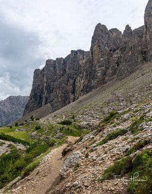 Vom Sellajoch im Westen nach Transrüs im Osten beträgt die Distanz etwas mehr als 9,5 Kilometer.