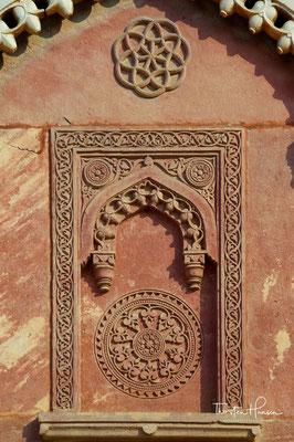 Der Bau des Forts wurde 1565 unter Akbar dem Großen, der die Hauptstadt von Delhi hierher verlegen ließ, aufgenommen und unter seinen Nachfolgern, vor allem unter Shah Jahan, in der ersten Hälfte des 17. Jahrhunderts erweitert.