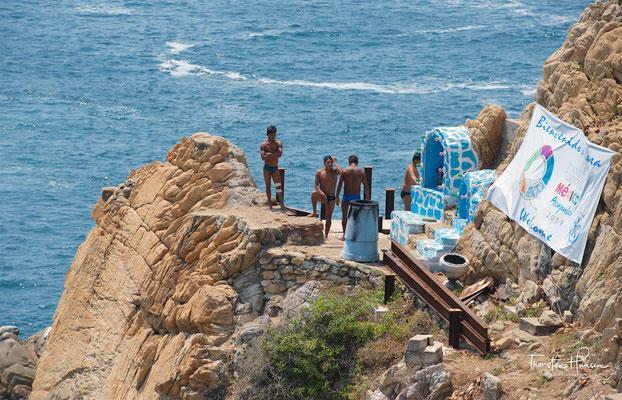 Während der Nacht halten sie oft Fackeln beim Tauchen. Acapulco Cliff Diving wurde in den 1960er und 1970er Jahren regelmäßig im amerikanischen Sportfernsehen gezeigt, als das USA High Diving Team während des Acapulco Christmas Festivals jährlich mit den