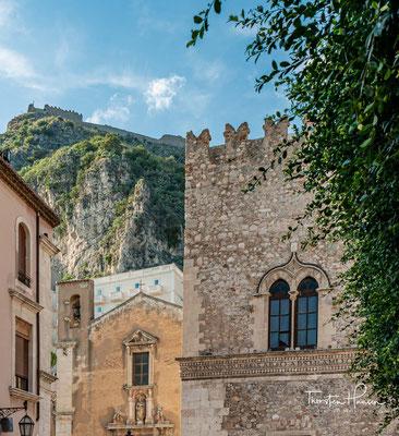 Es wurde hauptsächlich Ende des 14. Jahrhunderts erbaut und ist nach einer der ältesten und berühmtesten Familien von Taormina benannt, die es von 1538 bis 1945 besaß.